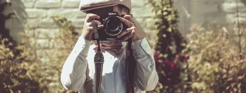 Bimbo con fotocamera - come fotografare il cibo by ockstyle - foto andres salas unsplash